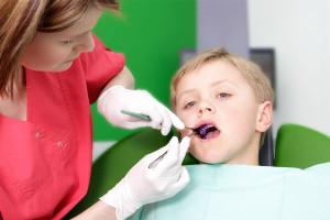 Zahn anfärben Kinderbehandlung
